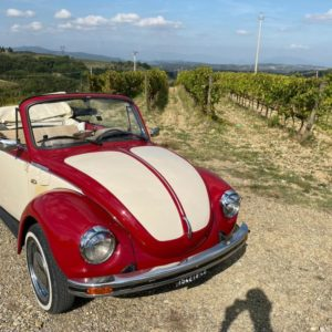 Auto d'epoca cabriolet in mezzo alle colline della Toscana
