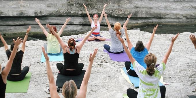 Lezione di yoga in riva al lago di Chiusi