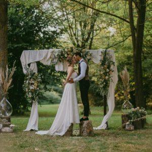 Coppia nel giorno del matrimonio nel verde del Molise