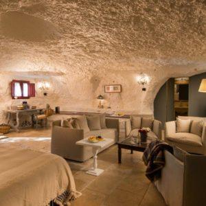 Stanza ricavata in una grotta in una storica masseria della Puglia