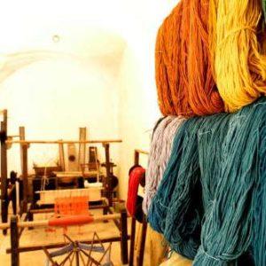 Telaio e gomitoli di tessuto in un albergo diffuso in Abruzzo